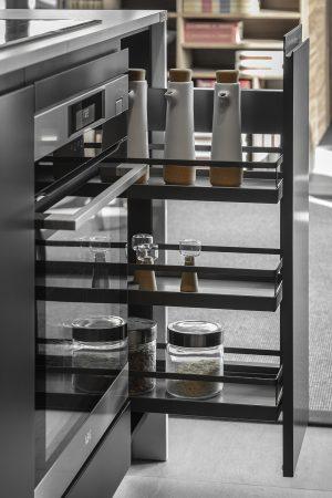 Despensa extraível para óleos e especiarias para móvel inferior. | Pull-out pantry for oils and spices for lower unit.