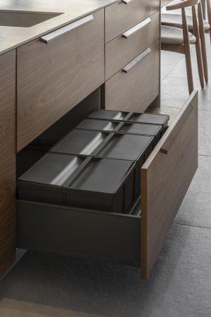 Conjunto de 4 baldes de reciclagem para gavetão. | Set of 4 recycling bins for drawer unit.