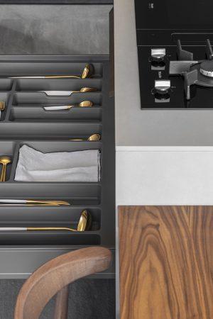 Separador de talheres com multidivisões de variadas dimensões. | Cutlery divider with multi-divisions of different dimensions.
