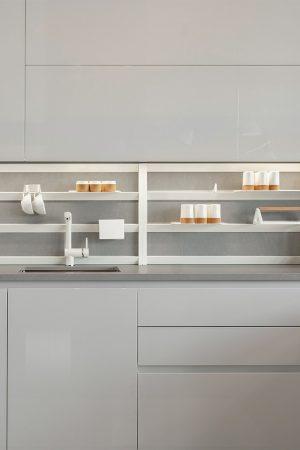 Estante de parede para utensílios de cozinha. | Wall stand for kitchen utensils.