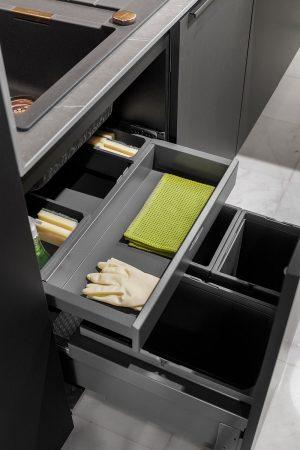 Conjunto de 3 baldes de reciclagem para porta extraível com prateleira e divisões para utensílios. | Set of 3 recycling bins for pull-out door with divided shelf for utensils.