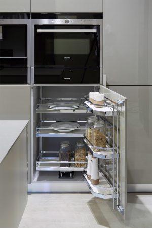 Acessório cromado para utensílios e mercearias. | Chrome accessory for utensils and groceries.
