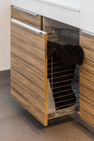 Cesto para roupa. | Pull-out laundry basket.