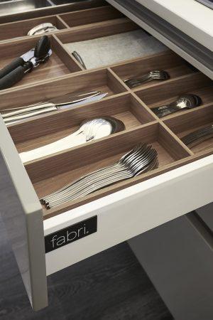 Separador de talheres em madeira. | Wooden cutlery divider.