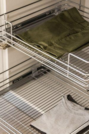 Cestos extraíveis para roupa. | Pull-out laundry baskets drawers.