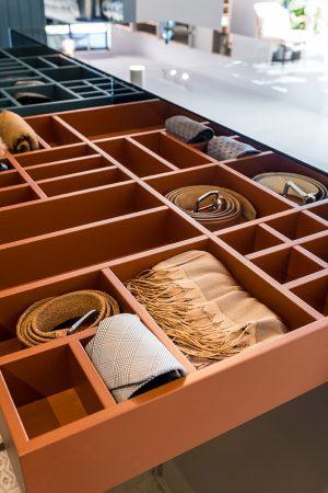Gaveta de acessórios lacada para roupeiro. | Lacquered accessories drawer for closet.